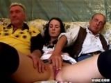 Jeunette branle et suce deux vieux bonhommes