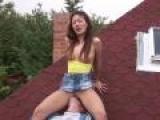 Elle inaugure sa maison en se tapant un plan cul sur le toit