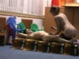 Jeune nounou bais�e dans la salle de jeu