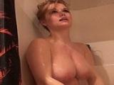 Belle rondelette prend sa douche et se caresse les miches