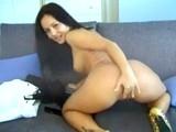 Brunette tape le striptease et se masturbe la chatte