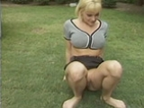 Pisseuse urine dans l'herbe