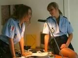 Deux femmes flics lesbiennes baisent dans le vestiaire