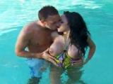 Fille sexy baise dans la piscine avec son cousin
