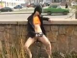 Jeune fille exhib son cul et ses seins en ville