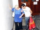Il aide la mamie a porter ses courses et il la baise