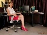 Vieille secrétaire s'offre à un stagiaire pour jouir