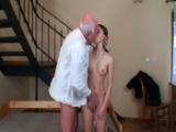 Jeune femme niquée par un vieux monsieur