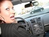 Vanessa Videl rode en voiture pour trouver sa proie