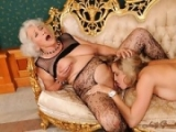 Mamie sort les vetements resilles pour cette jeune blonde