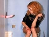 Leila se fait surprendre dans un gloryhole aux toilettes