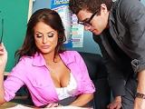 Prof cougar offre une gorge profonde a un etudiant