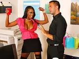 Sublime secrétaire black aux seins énormes et fermes